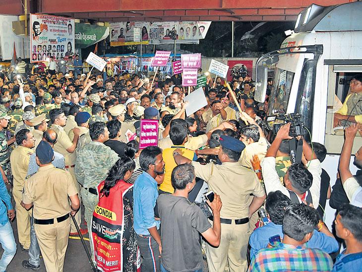 """""""सेव्ह मेरिट...' च्या आंदोलकांनी गोंदियात मुख्यमंत्र्यांचा रथ अडवला नागपूर,Nagpur - Divya Marathi"""
