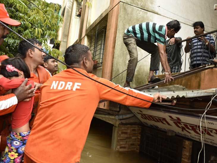 पुणे विभागातील पुरामुळे 18 हजार नागरिकांचे सुरक्षित ठिकाणी स्थलांतर-  विभागीय आयुक्त डॉ. दिपक म्हैसेकर|पुणे,Pune - Divya Marathi