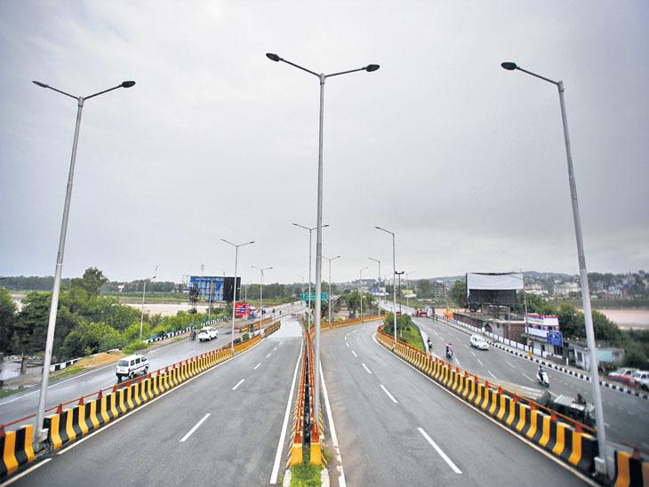 ३० वर्षांत प्रथमच काश्मिरात लँडलाइन बंद, लडाखचे लाेक जल्लाेषासाठी उतरले रस्त्यावर| - Divya Marathi