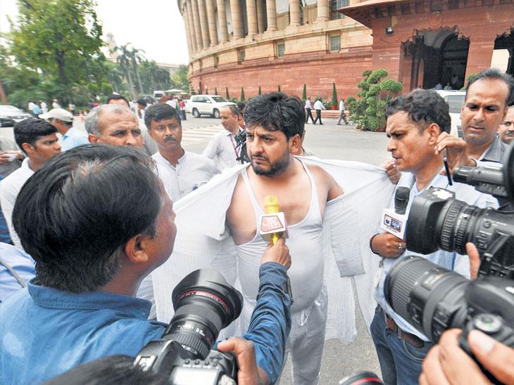पीडीपी खासदार मीर माेहंमद फय्याज सभागृहाबाहेर विरोध करताना दिसले. - Divya Marathi