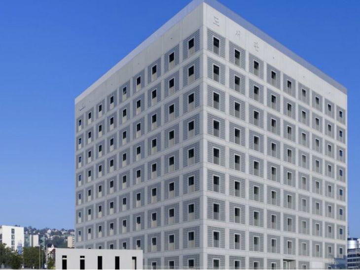 आर्ट गॅलरीसारखी लायब्ररी, 9 मजली इमारतीमध्ये बनवल्या उलट्या पिरॅमिडच्या आकारांच्या रीडिंग रूम्स| - Divya Marathi