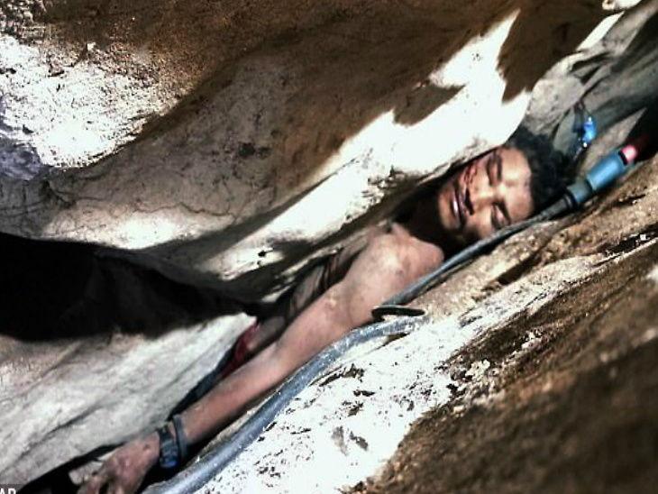 वटवाघुळांचे मल-मुत्र जमा करण्यासाठी गेलेला तरुण गुफेत अडकला, चार दिवसानंतर वाचवल्यावर या अवस्थेत होता  - Divya Marathi