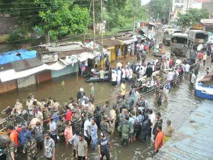 पूरग्रस्त भागातील नागरिकांचे आजारनिहाय सर्वेक्षण, रक्तदाब आणि मधुमेहावरील जीवरक्षक औषधांचे मोफत वाटप|मुंबई,Mumbai - Divya Marathi