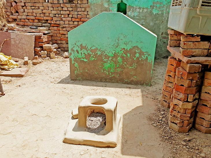या गावात दफनभूमी नसल्याने घरातच पुरले जातात नातेवाईकांचे मृतदेह, इतर नातेवाईकही येथे येण्यास घाबरतात  - Divya Marathi