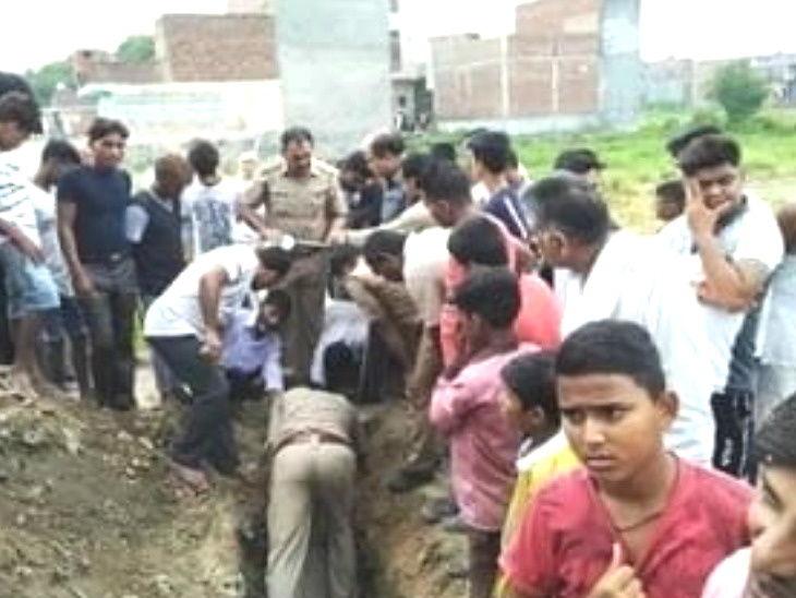 गाझियाबादमध्ये गटार साफ करताना 5 मजुरांचा गुदमरुन मृत्यू, कंत्राटदार घटनास्थळावरुन फरार  - Divya Marathi