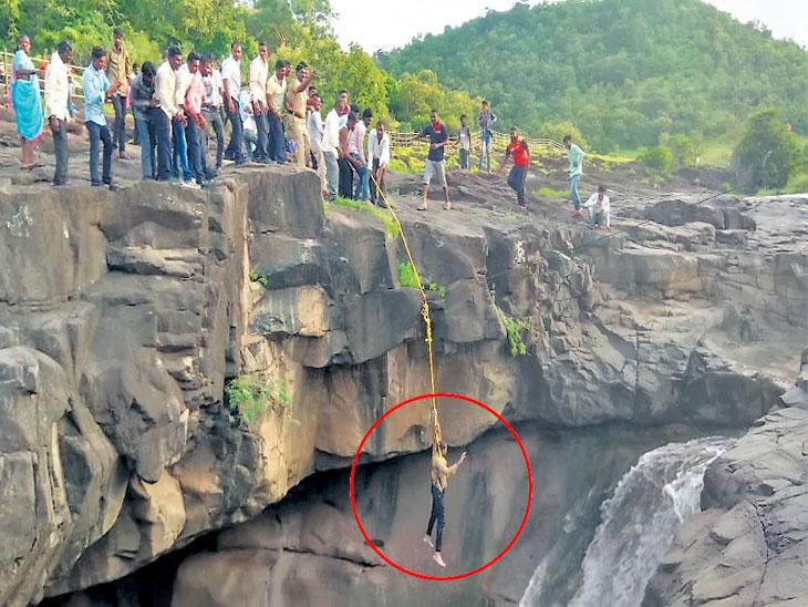 अजिंठा येथील धबधब्याच्या २०० फूट खोल कुंडात पडला पर्यटक; २ तासांच्या प्रयत्नानंतर सुखरूप बाहेर काढले|औरंगाबाद,Aurangabad - Divya Marathi