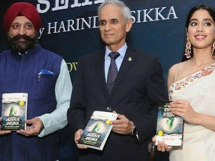 पुस्तक प्रदर्शनात जान्हवी कपूरने पकडले उलटे पुस्तक, फोटो व्हायरल होताच सोशल मीडियावर झाली ट्रोल| - Divya Marathi