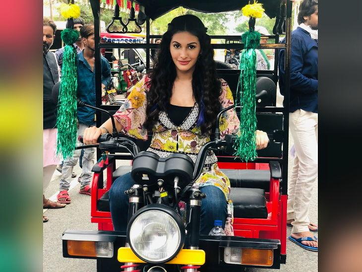 'प्रस्थानम' साठी अमायरा दस्तूरने चालवली ई-रिक्शा, लखनऊमध्ये लोकल ड्रॉयव्हरने दिले ट्रेनिंग| - Divya Marathi