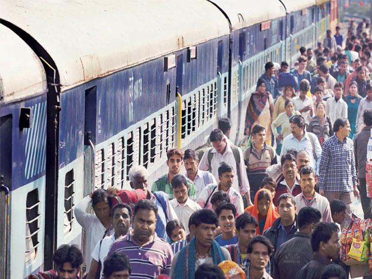 रेल्वेने फुकट्या प्रवाशांकडून तीन वर्षांत वसूल केला १ हजार ३७७ कोटींचा दंड| - Divya Marathi