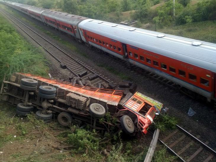 पुणे - सोलापूर महामार्गावरील रेल्वे पुलावरून वीस फूट खाली कोसळला मालवाहू ट्रक, सुदैवाने मोठा अनर्थ टळला सोलापूर,Solapur - Divya Marathi