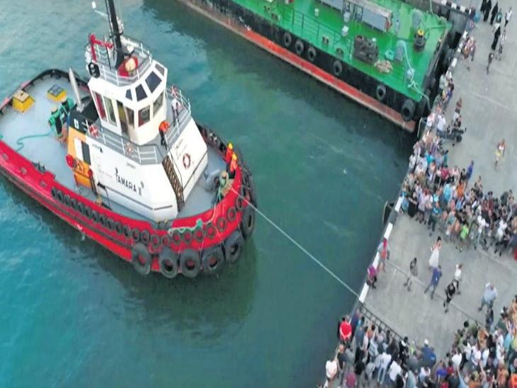 42 वर्षांच्या व्यक्तीने एका बोटाने 200 टन वजनाचे जहाज ओढून बनवला रेकॉर्ड  - Divya Marathi