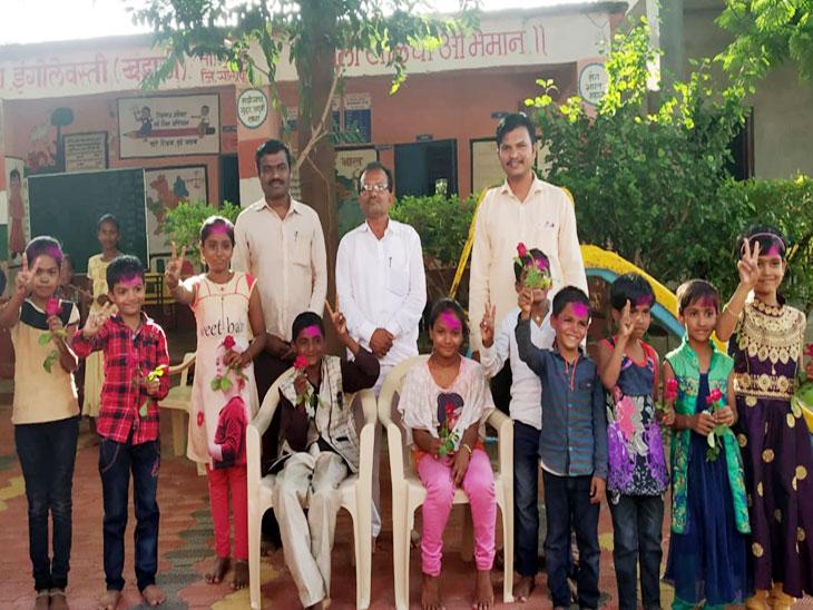 आधुनिक पद्धतीने शालेय मंत्रीमंडळ स्थापन करून विद्यार्थ्यांना दिली निवडणूक प्रक्रियेची माहिती; इंगोलवस्ती खंडाळी जिल्हा परिषद शाळेचा उपक्रम|सोलापूर,Solapur - Divya Marathi