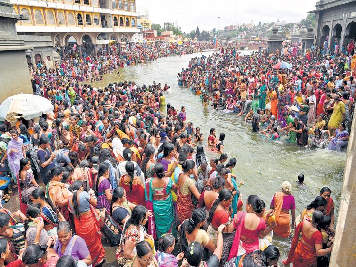 ऋषिपंचमीनिमित्त गोदावरीत हजारो महिलांची स्नानपर्वणी|नाशिक,Nashik - Divya Marathi