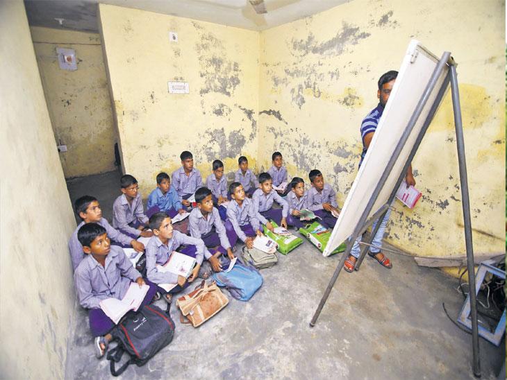 भास्कर Original :  सीमेवरील बंकर शाळा; मुले जेव्हा राष्ट्रगीत गातात, तेव्हा आवाज पाकिस्तानपर्यंत ऐकू जातो...| - Divya Marathi
