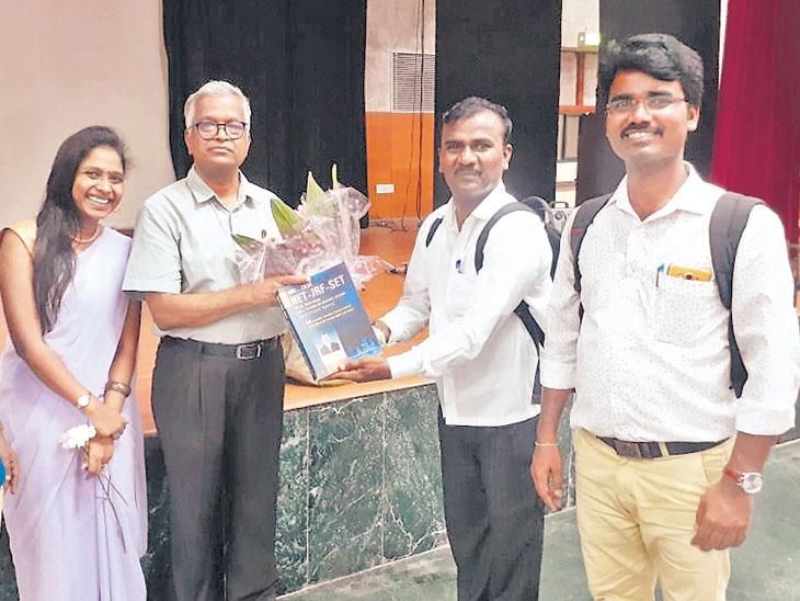 नवी दिल्ली येथील जवाहरलाल नेहरू विद्यापीठात मंगळवारी धानय्या कौटगी यांच्या कार्यशाळेत उपस्थित विद्यार्थी आणि मान्यवर. - Divya Marathi