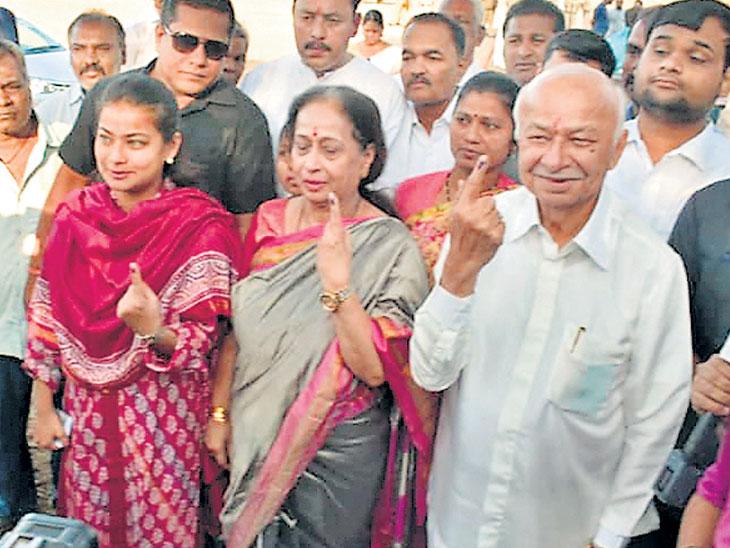 सुशीलकुमार शिंदेंच्या लोकप्रियतेला ओहोटी; सेनेच्या इच्छुक उमेदवाराला युती होण्याची चिंता| - Divya Marathi