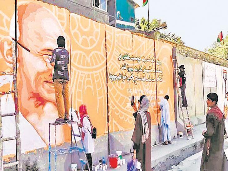 दहशतवाद्यांनी महात्मा गांधींचे नष्ट केलेले भित्तिशिल्प १५० व्या जयंतीनिमित्त कलाकारांनी अफगाणिस्तानात पुन्हा साकारले!| - Divya Marathi