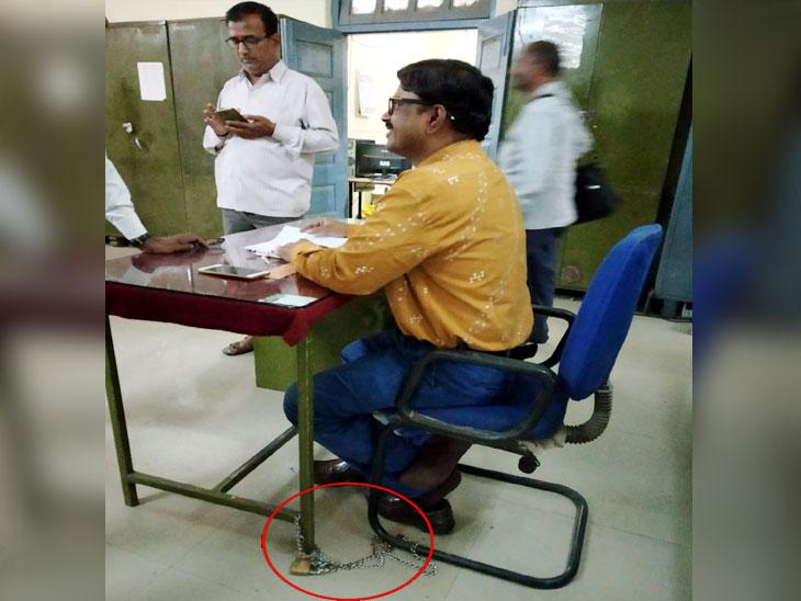किस्सा खुर्सी का : जिल्हा परिषदेतही खुर्ची जाण्याची भिती; चक्क कर्मचाऱ्यांनी टेबल अन् खुर्चीला ठोकले टाळे|औरंगाबाद,Aurangabad - Divya Marathi