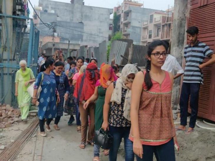 दिल्ली महिला आयोगाच्या अध्यक्ष स्वाती मालिवाल यांच्यासोबत सुटका करण्यात आलेल्या तरुणी - Divya Marathi