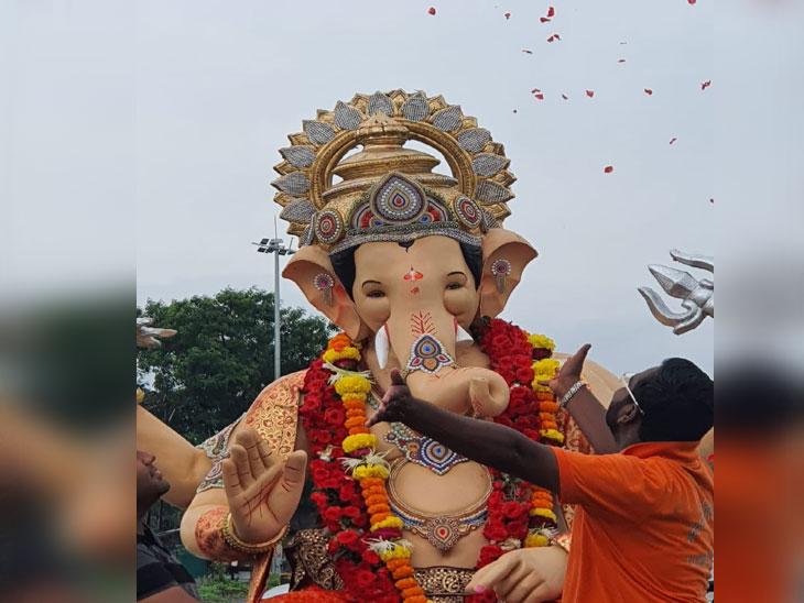 ढोल ताश्याच्या गजरात ओझरचा राजाला निरोप; बाप्पाला पुढच्या वर्षी लवकर येण्याचं साकडं|नाशिक,Nashik - Divya Marathi