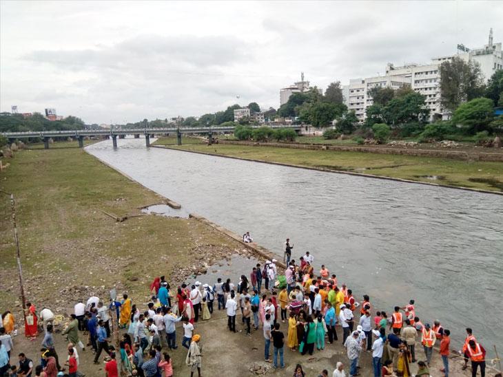 पुण्यात घरगुती गणपतीचे विसर्जनासाठी लोकांची नदीकाठी गर्दी; गणरायाला भक्तिमय वातावरणात देण्यात येतोय निरोप|पुणे,Pune - Divya Marathi
