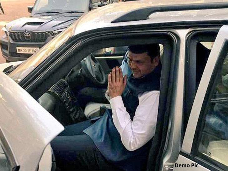 मुख्यमंत्री देवेंद्र फडणवीस यांच्या ताफ्यात घुसली तरुणी, गाडीवर फेकली शाई; महापोर्टल साईट बंद केल्याचा निषेध अहमदनगर,Ahmednagar - Divya Marathi