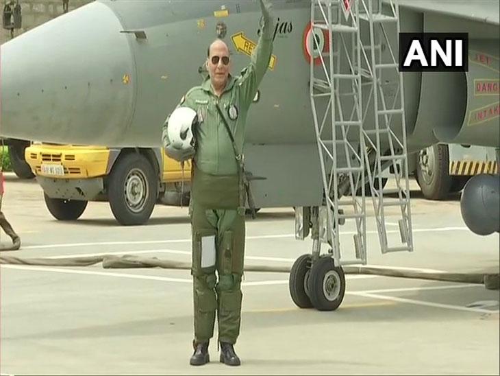 केंद्रीय मंत्री राजनाथ सिंह यांची तेजसमधून भरारी, उड्डाणानंतर व्यक्त केला आपला अनुभव  - Divya Marathi