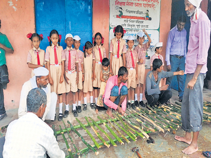 निमचौकीच्या विद्यार्थ्यांना शाळेत जाण्यासाठी गावकऱ्यांनी ओढ्यावर बनवला बांबूचा पूल| - Divya Marathi