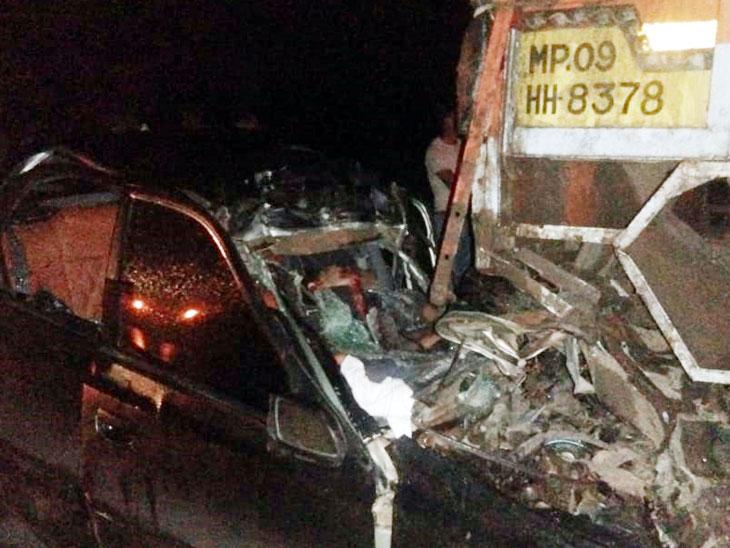 नगर-दौंड महामार्गावर उभ्या ट्रकवर कार धडकून ४ जण ठार; गुरुवारी भल्या पहाटेची दुर्घटना|अहमदनगर,Ahmednagar - Divya Marathi