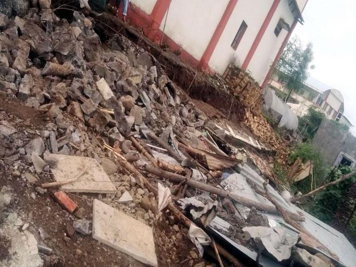 पावसामुळे फर्टिलायझर कंपनीची भिंत कोसळल्याने 23 शेळ्या दगावल्या; संसार उपयोगी साहित्यासह 3 लाख 23 हजारांचे नुकसान|सोलापूर,Solapur - Divya Marathi
