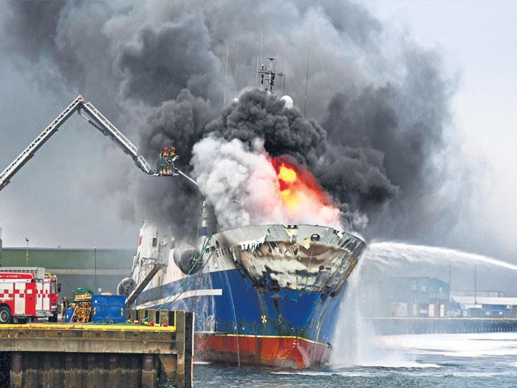 रशियन जहाज पेटले, २४ तासांनंतरही नियंत्रण नाही, २९ कर्मचारी जखमी| - Divya Marathi