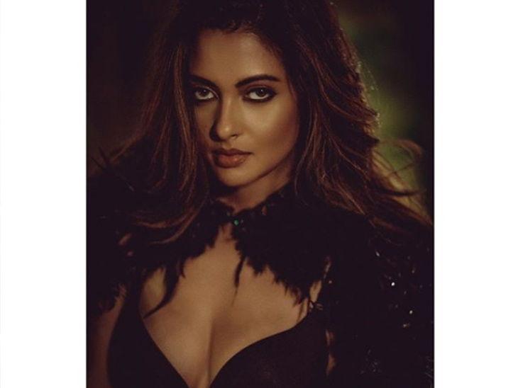 पहा अभिनेत्री रिया सेनचा ग्लॅमरस अवतार| - Divya Marathi