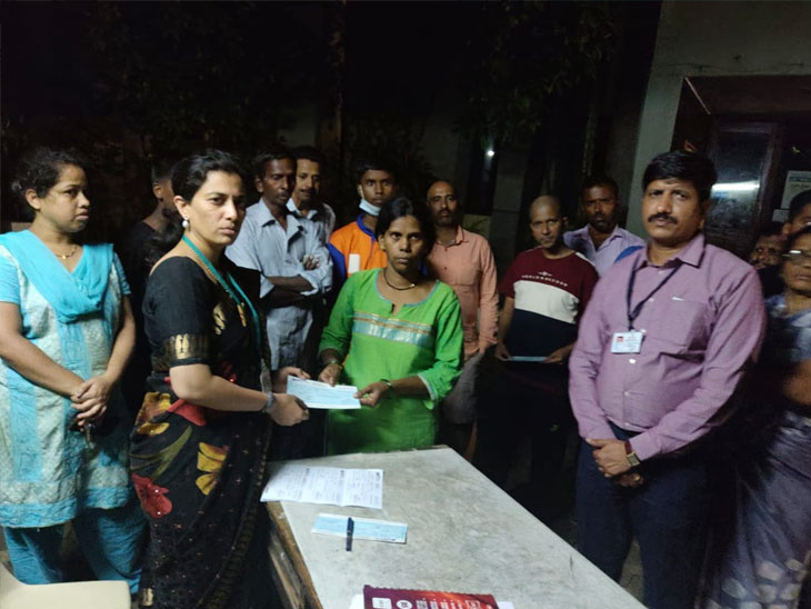टांगेवाला कॉलनीतील पुरात मृत्यू झालेल्या 7 पैकी 5 जणांच्या कुटुंबियांना आर्थिक मदतीच्या धनादेशाचे वाटप|पुणे,Pune - Divya Marathi