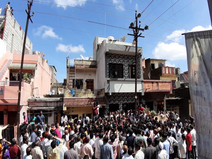 नाशिकमध्ये उघड्या विद्युत तारांचा झटका लागून सासू-सुनेचा मृत्यू तर नातवंडे गंभीर जखमी, घटनेनंतर नागरिक संतप्त|नाशिक,Nashik - Divya Marathi