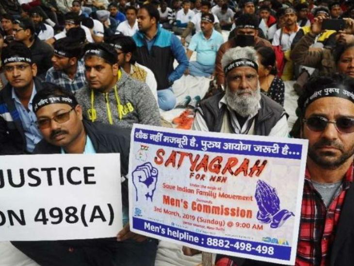 देशभरातील हजारो पत्नी पीडित पुरष जंतर-मंतरवर जमले, पुरुष आयोग बनवण्याची सरकारकडे केली मागणी| - Divya Marathi
