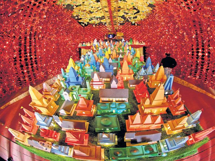 कोलकात्याचे चार अनोख्या थीमचे पंडाल;  बालाकोट एअर स्ट्राइक, चांद्रयानाच्या थीमवर मंडप| - Divya Marathi