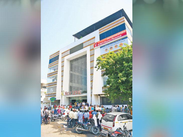 मॉलच्या 5 व्या मजल्यावरून उडी घेत तरुणीची आत्महत्या, अभियांत्रिकी, एमबीएमध्ये अपयशाचा चिठ्ठीत उल्लेख|अकोला,Akola - Divya Marathi