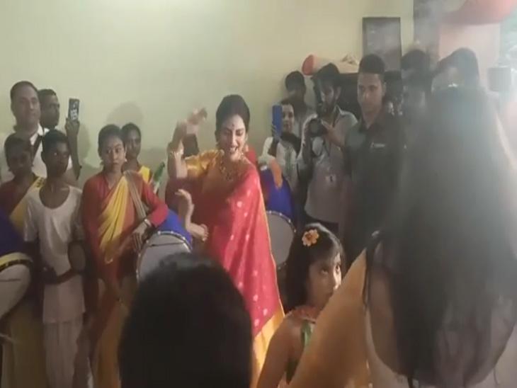 दुर्गा पूजेदरम्यान पतीसोबत ढोल वाजवताना दिसली नुसरत जहा, सोबतच केला जबरदस्त डान्स | - Divya Marathi