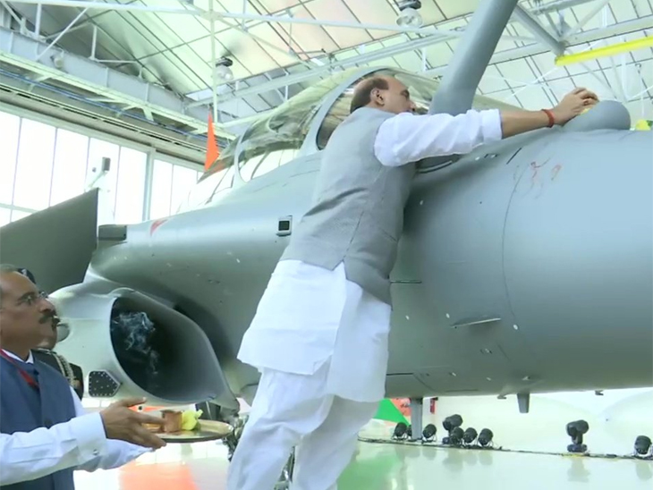 भारताला फ्रान्समध्ये मिळाले पहिले लढाऊ विमान राफेल, राजनाथ यांनी राफेलवर ॐ लिहून केले शस्त्रपूजन  - Divya Marathi