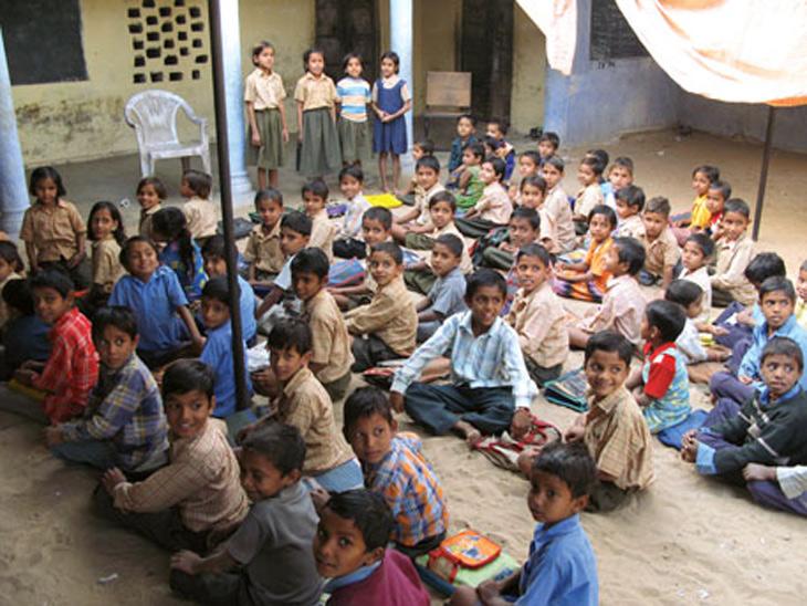 'सरकारी शाळा गरिबांच्या' या समजामुळे शिक्षणाचे वाटोळे  - Divya Marathi