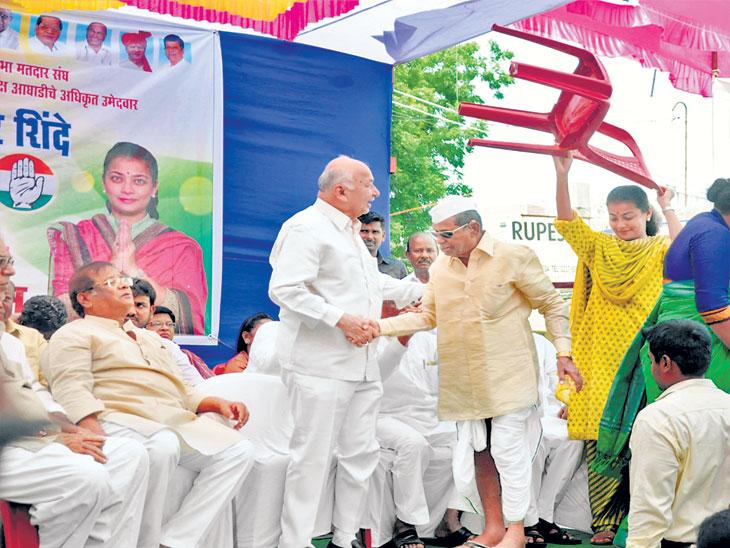 ज्येष्ठांच्या खुर्च्यांसाठी 'नेत्या' झाल्या 'कार्यकर्त्या'| - Divya Marathi