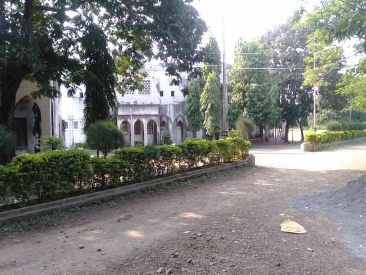 जळगावमधील ईकरा युनानी कॉलेजात 28 विद्यार्थ्यांची विवस्त्र करत रॅगिंग, कॉलेज प्रशासनाने 3 विद्यार्थ्यांना केले रस्टिकेट|जळगाव,Jalgaon - Divya Marathi