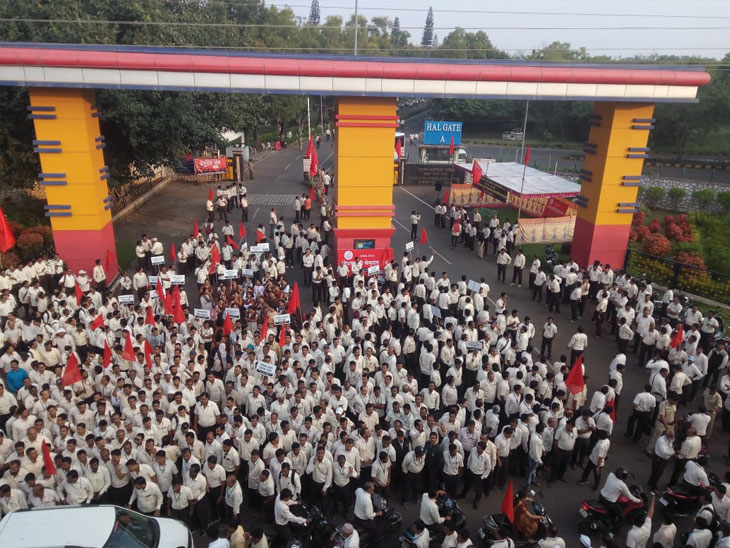 प्रलंबित वेतन कराराच्या मागणीसाठी 'एचएएल'च्या कामगारांचे आजपासून काम बंद आंदोलन, ओझर  यूनिटच्या प्रवेशद्वारावर कर्मचाऱ्यांची निदर्शने|नाशिक,Nashik - Divya Marathi