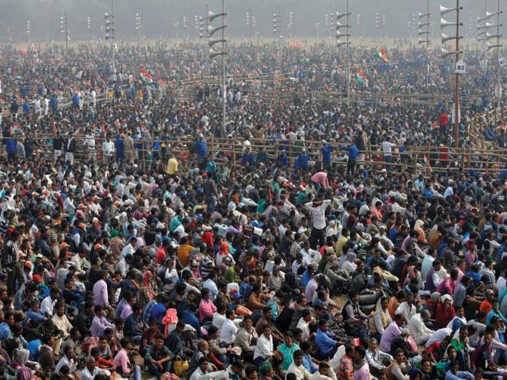 सभा घ्यायच्या कुठे, उस्मानाबादेत मैदानांचा अभाव, कन्या शाळेच्या प्रांगणात सभा, भिंत पाडण्याची वेळ| - Divya Marathi