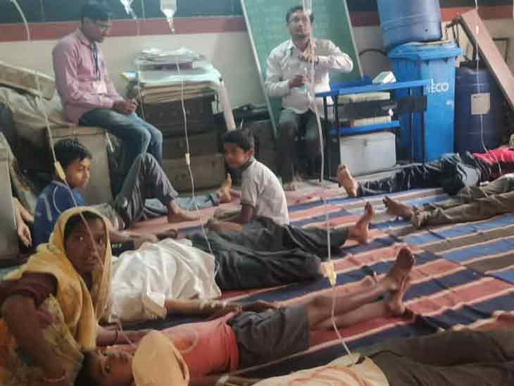 सावरपाडा गावात मराठी शाळेत सुरु केलेल्या तात्पुरत्या आरोग्य केंद्रात झालेली गर्दी - Divya Marathi