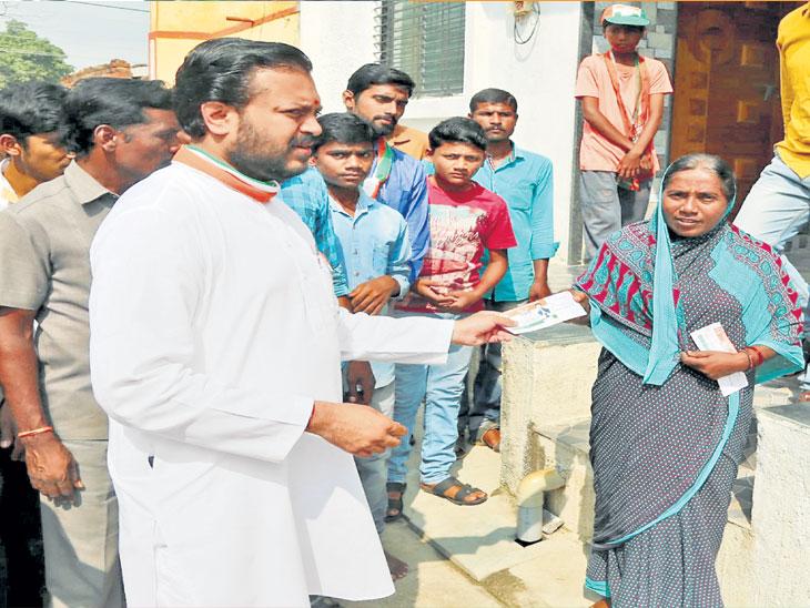 लातूरमध्ये काँग्रेस उमेदवार अमित देशमुख  पोलचिट वाटप करताना. - Divya Marathi