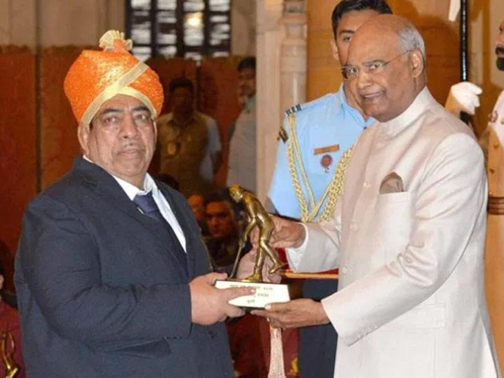 दादू चौगुले आणि राष्ट्रपती रामनाथ कोविंद यांचा फाइल फोटो - Divya Marathi