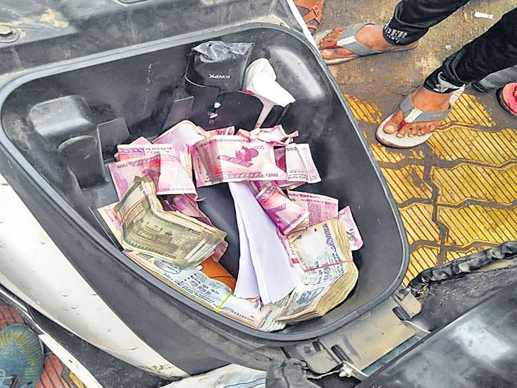 बीड शहरात मतदारांना वाटप करण्यासाठी आणलेली रक्कम. - Divya Marathi