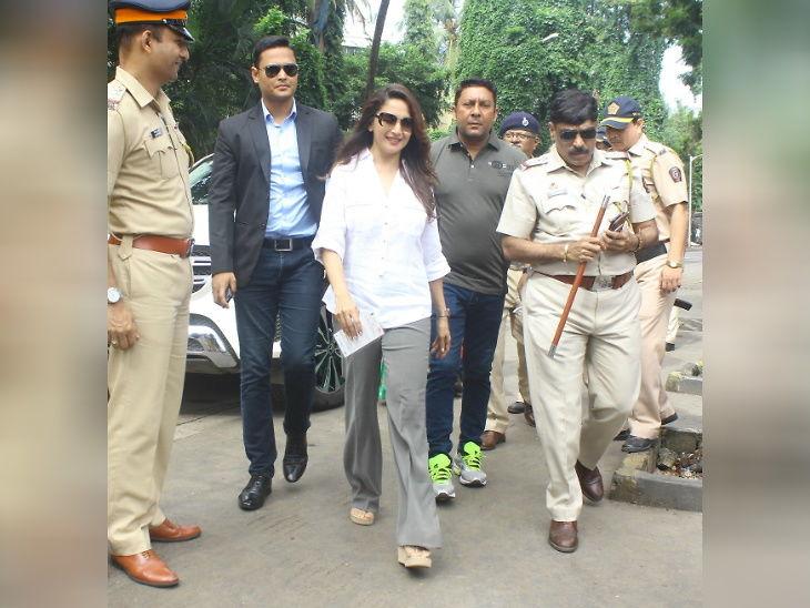 अभिनेत्री माधुरी दीक्षित मतदान करण्यासाठी पोहोचली - Divya Marathi