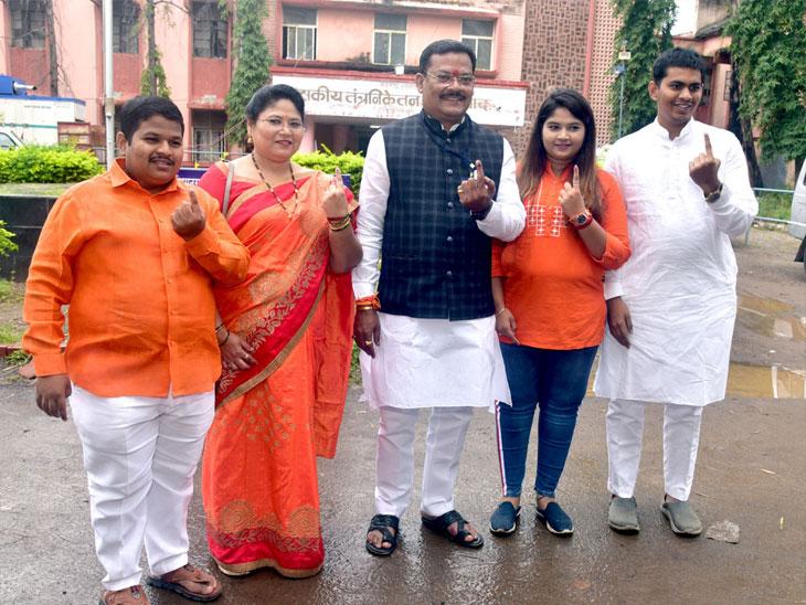 आमदार संजय शिरसाठ यांनी सहकुटुंब मतदानााचा हक्क बजावला - Divya Marathi